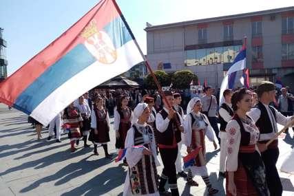 Obilježavanje Dana srpskog jedinstva: Prijedorčani u velikom broju prošetali centrom grada (FOTO)