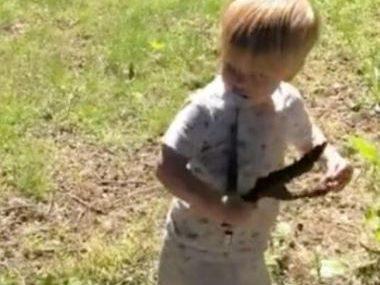 Dječak se igrao u dvorištu, a onda ocu DONIO IGRAČKU: Čovjek se zaledio kada je vidio šta mališan drži u rukama (VIDEO)