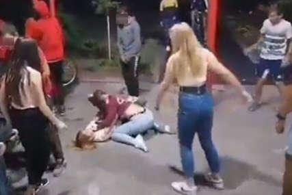 Mučki se udaraju, vršnjaci navijaju: Brutalna TUČA DJEVOJČICA ispred škole