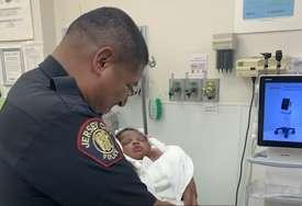 Heroj bez plašta: Policajac spasio bebu nakon što je muškarac bacio sa drugog sprata (VIDEO)