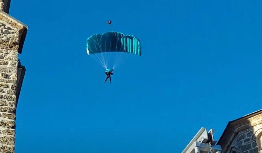 POZDRAVLJEN APLAUZOM Episkop Jovan skakao padobranom u čast patrijarha SPC (VIDEO)