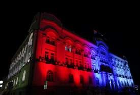 U čast praznika: Zgrada Gradske uprave sija u bojama srpske trobojke (FOTO)
