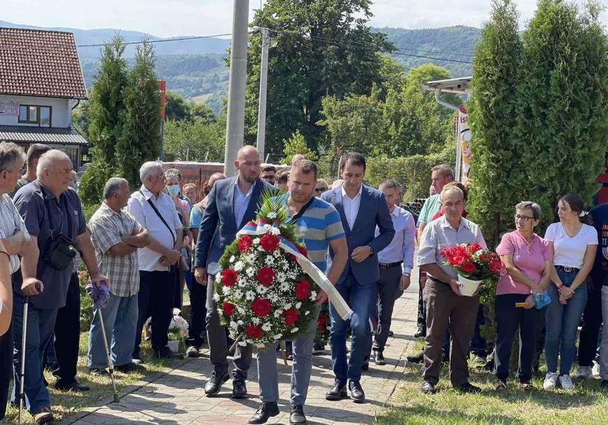 """""""Zahvalnost junacima"""" Delegacija SPS položila vijence u Mjesnoj zajednici Kola (FOTO)"""