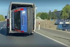 Na Balkanu sve je moguće: Ugurao automobil u kombi i vozi, svi se pitaju KAKO JE USPIO? (VIDEO)