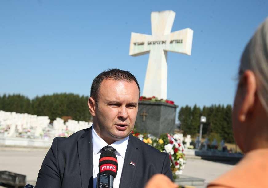 Ćosić ima zanimljivu ideju: Dvije žene ispruženih ruku na ulazu u Lukavicu