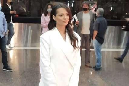 GOLE NOGE U PRVOM PLANU Bjelina kćerka došla na premijeru samo u bijelom sakou