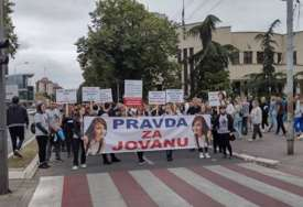 """""""Ubice ne bi trebalo da puštaju da se brane iz kućnog pritvora"""" Porodica stradale Jovane Petković protestovala pred sudom"""