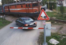 """""""Voz uvijek ima prednost"""" Neodgovorni vozač ignorisao rampu na pružnom prelazu kod Incela (VIDEO)"""