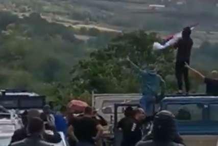 SITUACIJA NA SJEVERU NEPROMIJENJENA Srbi su i dalje na prelazima Jarinje i Brnjak koje drže u blokadi