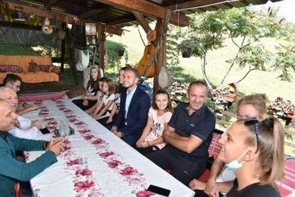 """""""Nedopustivo je da ljudi, koji hrane veliku porodicu, nemaju zaposlenje"""" Stanivuković posjetio višečlanu porodicu Ratković i OVO poručio"""