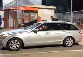 NAPADAČI S FANTOMKAMA Zapaljen automobil službenih lica, fudbaleri Borca nakratko zaustavljeni na putu kući (VIDEO)