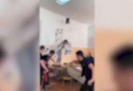 Upali u učionicu i krenuli da ruše: Šokantan snimak iz jedne srednje škole (VIDEO)