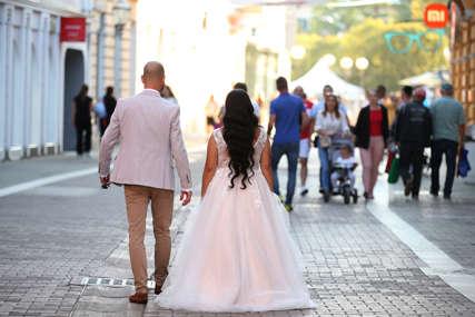 """Kako izgledaju VJENČANJA U DOBA KORONE: Zabrane ljubljenja i grljenja ne ometaju ih da kažu veliko """"da"""""""