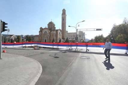 SNSD ORGANIZOVAO SVEČANI DEFILE Na ulicama Banjaluke zastava od 80 metara (FOTO,VIDEO)