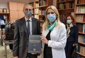 """""""Vjerujem da će pomoći zainteresovanim za naše prostore"""" Cvijanovićeva poklonila Univerzitetu u Varšavi enciklopediju Srpske (FOTO)"""