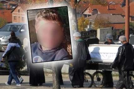 Majka skrhana bolom pored bijelog kovčega: Sahranjen dječak (16) koji je preminuo u kućnoj izolaciji (FOTO)