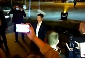 Mnoge javne ličnosti iz Srbije na druženju sa poznatim glumcem: Ana Brnabić sa partnerkom stigla na večeru sa Depom (VIDEO)