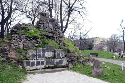 KAPIJA SLOBODE Kamenje sa vrha Kajmakčalana u sred Beograda najautentičniji je spomenik u prestonici Srbije