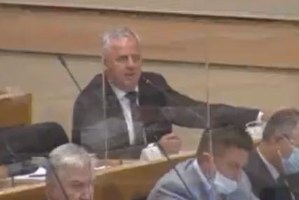 """""""Štab je izričit"""" Opozicionarima u NSRS isključen mikrofon jer nisu nosili masku"""