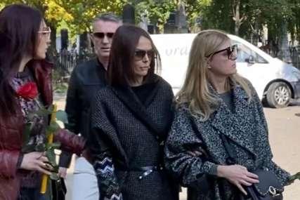 BOL I SUZE NA LICU Bivša supruga skrhana bolom sa ružom u ruci došla na sahranu Marka Živića