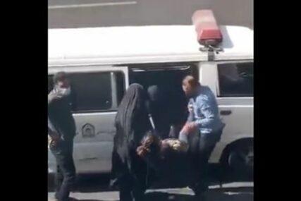 Tretiraju je kao da je pas: Snimak policajaca kako šinterskim štapom hvataju ženu šokirao javnost (VIDEO)