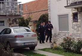 Brutalno ubistvo porodice Đokić potreslo region: Supruga osumnjičenog Džonjića policijskim kolima odvedena iz porodične kuće (FOTO)