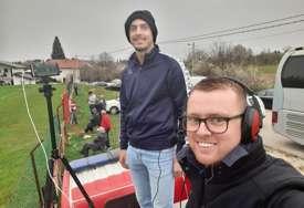 Dok sanjaju komentatorske kabine svjetskih stadiona: Mladi novinari prenose utakmice sa vatrogasnih kola (FOTO, VIDEO)