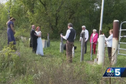 Poljupci preko stubova: Mjere spriječile mladinu porodicu da dođe na vjenčanje, pa se odlučili za ceremoniju na granici