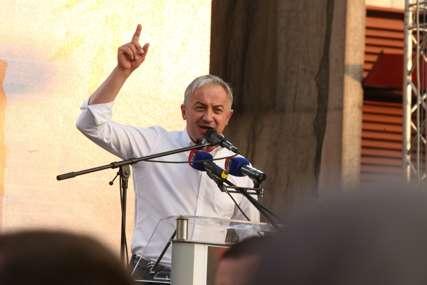 """""""Hoćemo da pobijedimo zlo, režim i tiraniju"""" Borenović se obratio građanima okupljenim na Trgu Krajine (FOTO)"""