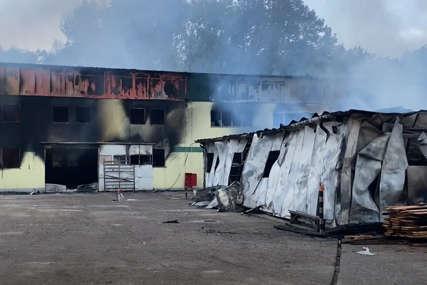Fabrika u Srebreniku POTPUNO UNIŠTENA u požaru: Shrvani radnici u nevjerici posmatraju zgarište (VIDEO)