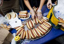 BIZARNA TRAGEDIJA Mlada sportistkinja se udavila na takmičenju u brzom jedenju hot-dogova (FOTO)