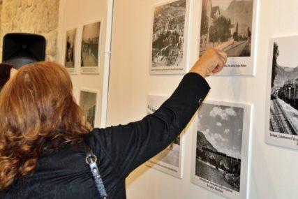 """Sjećanje na uskotračnu prugu i starog """"ćira"""": Izložba fotografija povodom 120 godina željeznice u Trebinju i Boki Kotorskoj"""