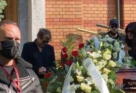 BJELA SE SLOMIO NA SAHRANI Vijenac od bijelih ruža za prijatelja, a na njemu dirljiva poruka