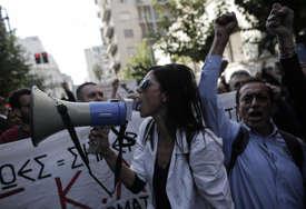 PROTIV VLADINIH MJERA Stotine medicinskih radnika demonstriralo centrom Atine