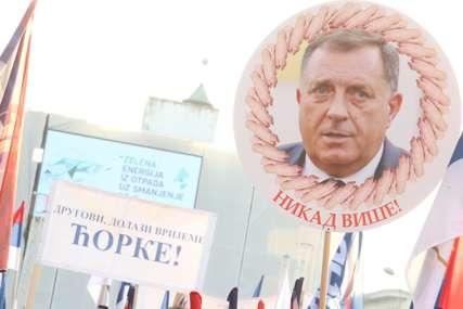 Okupljeni na Trgu Krajine nose transparente sa Dodikovim likom i šalju OŠTRE PORUKE (FOTO)