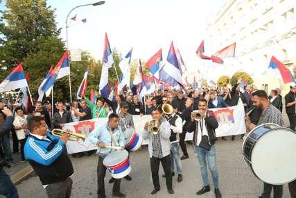 Ore se patriotske pjesme: Uz trubače i veliki aplauz građani dolaze na Trg Krajine (VIDEO, FOTO)