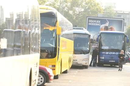 DOLAZE NA VELIKI SKUP Autobusi puni opozicionara pristižu u centar Banjaluke (FOTO)