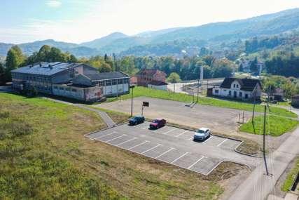 Bezbjednije okruženje za đake u Karanovcu: Parking izdvojen od ulaza u školu