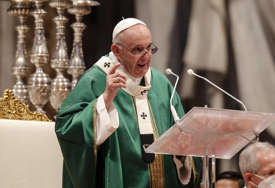 """""""NE ŠALJITE MIGRANTE NAZAD"""" Papa poručio da oni pate u uslovima sličnim onima u koncentracionim logorima"""