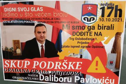 """""""Pokažimo da STOJIMO IZA NJEGA"""" Grupa građana u Prijedoru plakatima poziva na skup podrške skandaloznom gradonačelniku Pavloviću (FOTO)"""