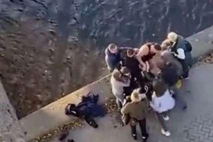 HEROJ Denis je bez razmišljanja skočio u ledenu vodu i spasao djevojčicu koja je skočila s mosta (VIDEO)