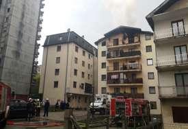 VATROGASCI NA TERENU Vatra zahvatila stan u potkrovlju