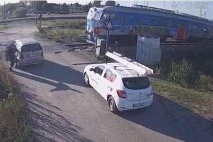 BIZARNO Za dlaku izbjegao smrt pa napravio selfi sa smrskanim autom (FOTO, VIDEO)