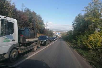 Radovi na putu usporili saobraćaj: Gužve i kolone u Tunjicama (FOTO)