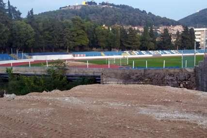 """DOBIJAJU REFLEKTORE Počeli pripremni radovi na stadionu FK """"Leotar"""""""