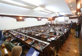 """Bez maske sjedili u """"KLASTER SKUPŠTINI"""": Virus korona blokirao rad lokalnog parlamenta"""