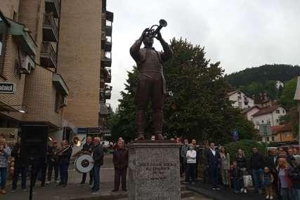 """Otkriven spomenik majstoru trube, njegov sin poručio """"Ja sam najbogatiji čovjek na svijetu"""" (VIDEO)"""