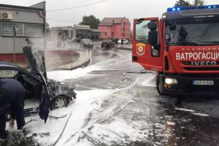 INTERVENISALI VATROGASCI Automobil se zapalio tokom vožnje